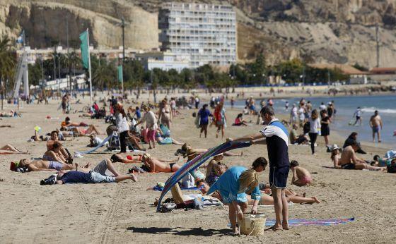 Vista de la playa del Postiguet en Alicante, esta Semana Santa.