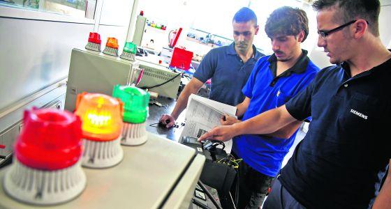 Alumnos de FP dual en el centro de Siemens de Getafe.