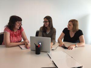 Elena Cruz (izda), Marina Serrano y Molly Sears, de Girls in Tech.