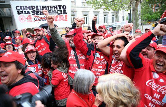 Trabajadores de Coca-Cola celebrando el pasado 15 de abril la sentencia del Supremo que declaró nulo el ERE en la embotelladora