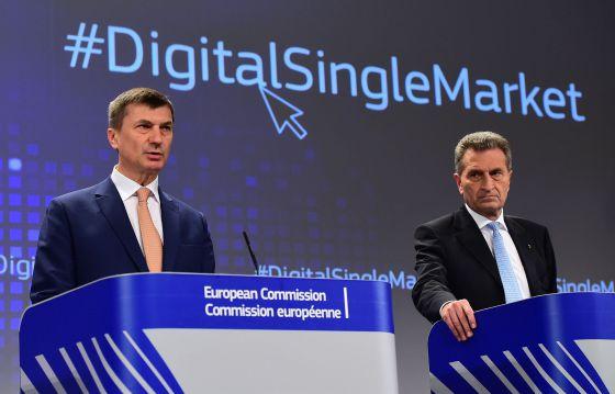 El comisario del Mercado Único Digital, Andrus Ansip, (izquierda), y el de Economía Digital, Gunther Oettinger