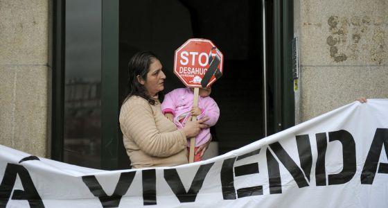 Una mujer, después de que la plataforma Stop Desahucios Ourense consiguiese frenar el desalojo de su familia.