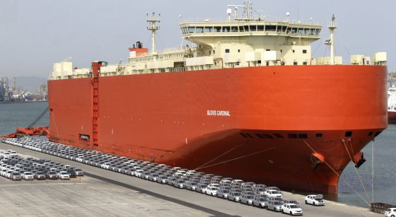 Automóviles para exportación en el puerto de Barcelona.