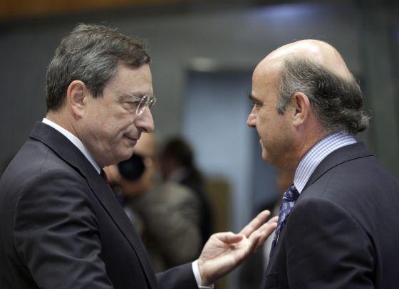 Mario Draghi, presidente del BCE, junto a Luis de Guindos, ministro de Economía español, en una imagen de 2012.rn