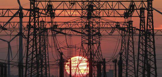 Una puesta de sol junto al tendido eléctrico.
