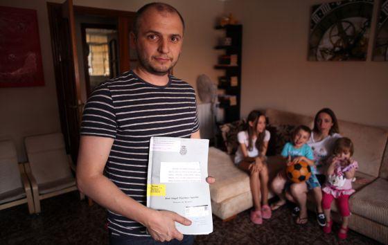 Carlos Villaseca, junto a su familia en su vivienda de Aranjuez (Madrid).