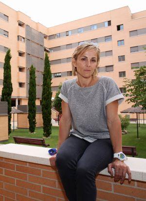 Mónica Grillo delante de su vivienda, en Leganes.