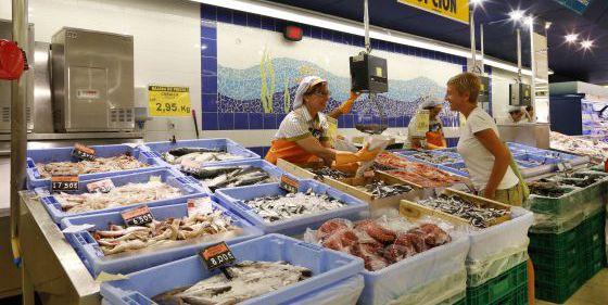 Puesto de pescadería en un supermercado de Mercadona