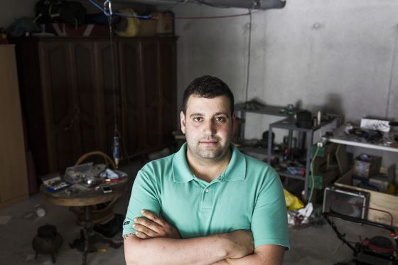 David Pena, en el garaje de su casa de las afueras de Santiago.