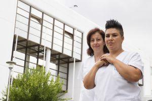 María (izquierda) y Pilar, enfermera y auxiliar en el hospital Meixoeiros de Vigo.