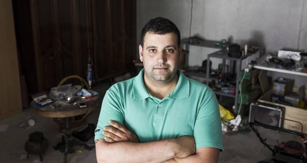 David Pena Casal en el garaje de su casa de Santiago de Compostela.