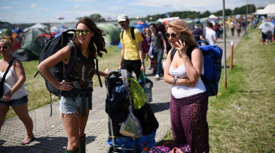 Una joven habla por el móvil en un festival de música en Inglaterra