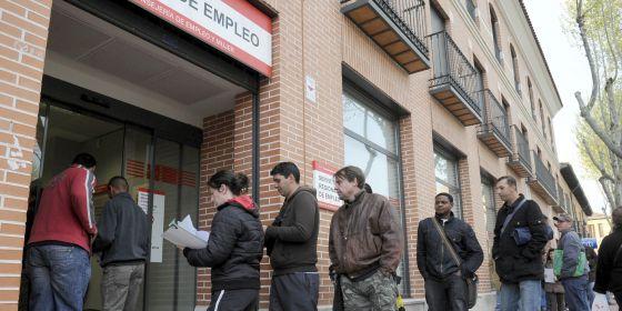 Una cola de parados en la puerta de una oficina de empleo en Alcalá de Henares (Madrid).