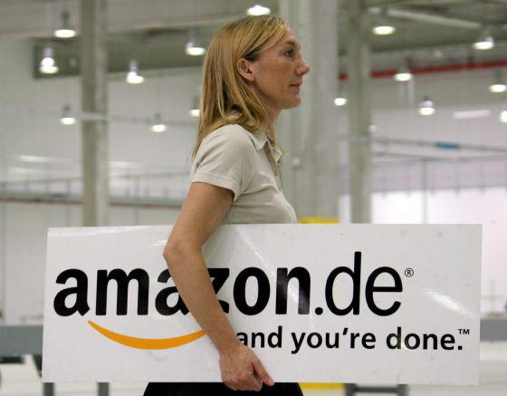Una empleada llevado un cartel con el logo de Amazon