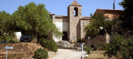 Entrada a Esblada, en la comarca del Alt Camp (Tarragona). Cuenta con 14 casas y se vende por 280.000 euros negociables.