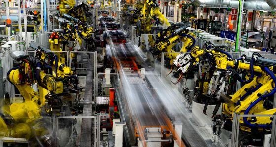Robots en la línea de montaje del Seat León en la planta de Martorell (Barcelona)