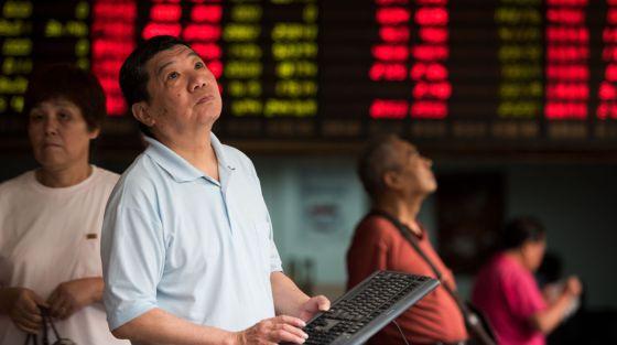 Inversores en una casa de bolsa en Shanghai