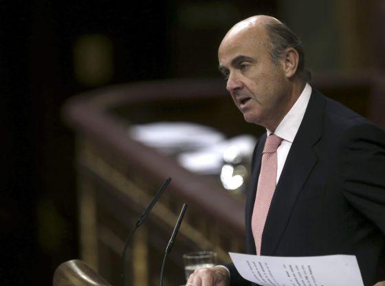 Guindos prohibirá con una orden la doble comisión en los cajeros