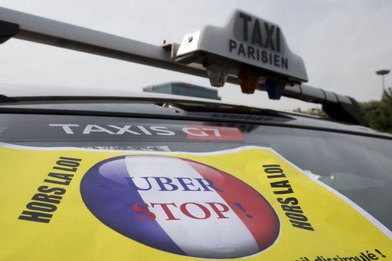 Imagen de archivo de un cartel contra Uber sobre un taxi de París.