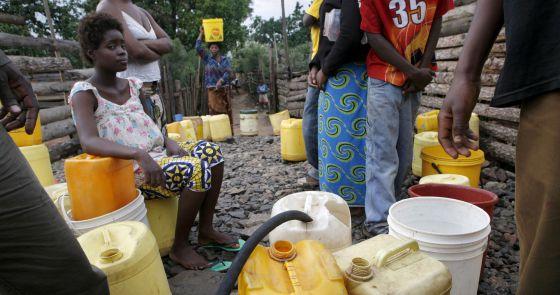 Varias personas recogen agua en Copperbelt, en el norte de Zambia.