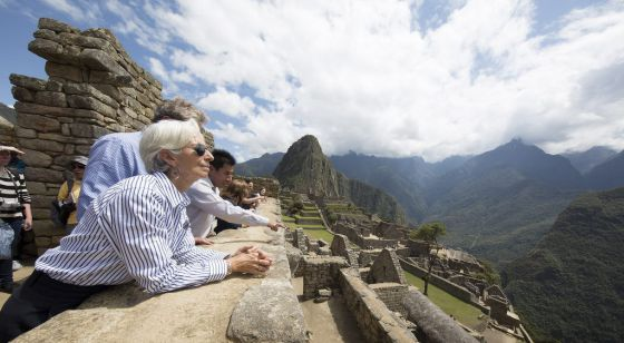 La directora gerente del FMI, Christine Lagarde, visita Machu Picchu, antes de la asamblea del Fondo en Lima