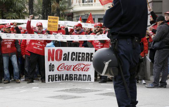 Protesta de trabajadores de Coca-Cola ante el Congreso