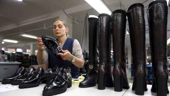 Una empleada inspecciona los zapatos en la fábrica de Helsar-Industria de Calçado en Portugal.