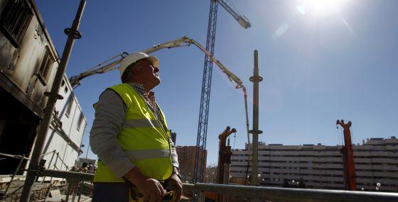 Un operario controla una grúa en el Pau de Vallecas de Madrid.