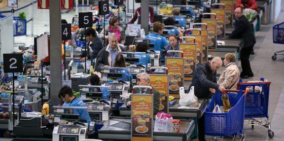 Una línea de cajas de cobro en un supermercado