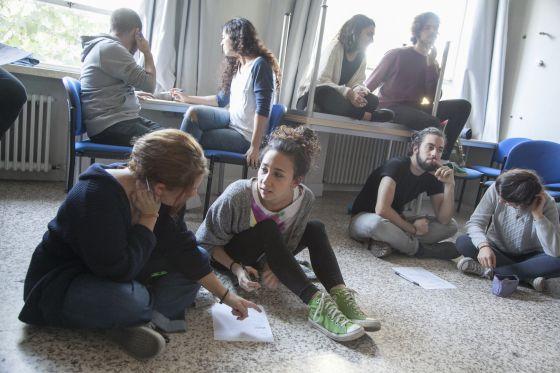 Alumnos de tercero de Bellas Artes trabajan en grupo.