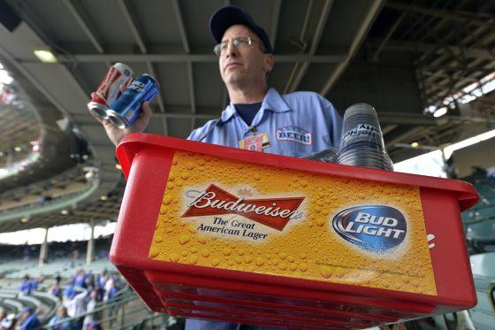 Un vendedor de cerveza en un partido de béisbol en Chicago