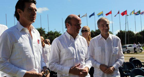 El ministro de Economía, Luis De Guindos; el de Industria, José Manuel Soria y el embajador de España en la isla, Francisco Montalbán