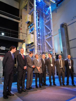 Directivos de ThyssenKrupp en el centro de innovación de Gijón, junto al prototipo.