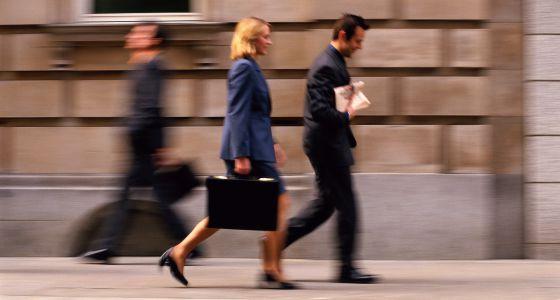 Las mujeres toman las decisiones de forma más participativa que los hombres