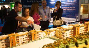 Visitantes del Salón Inmobiliario del Mediterráneo, en Málaga.  JULIÁN ROJAS