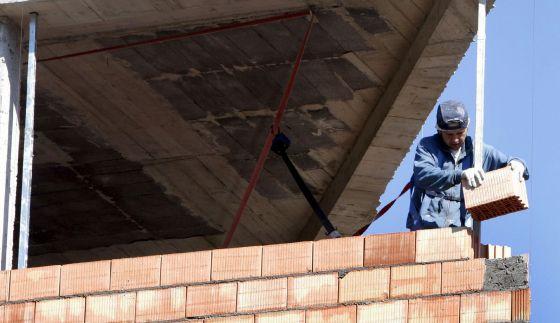 Un trabajador, en la construcción de una vivienda.