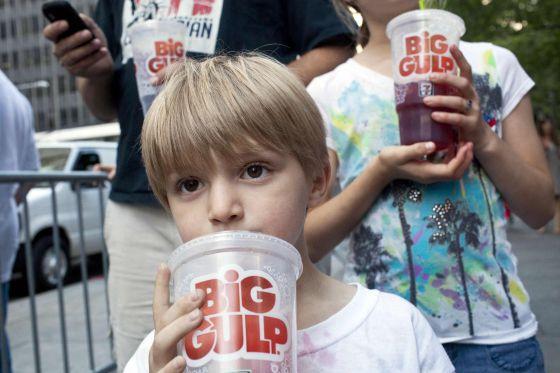 Dos niños durante una protesta contra la propuesta de prohibir las bebidas azucaradas en Nueva York