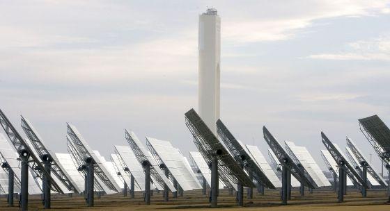 Vista de la planta solar de Abengoa en Sanlúcar La Mayor (Sevilla)