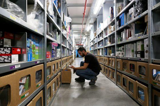 Un trabajador de Amazon en el almacén de San Fernando de Henares
