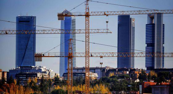 Grúas de construcción en la zona de Montecarmelo, en Madrid.