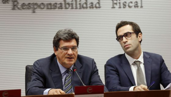 El presidente de la Airef, José Luis Escrivá, y el economista Carlos Cuerpo, este martes durante la presentación del informe.