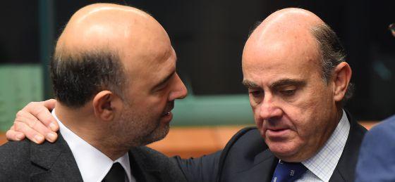 El comisario de Asuntos Económicos Pierre Moscovici con el ministro de Economía Luis de Guindos
