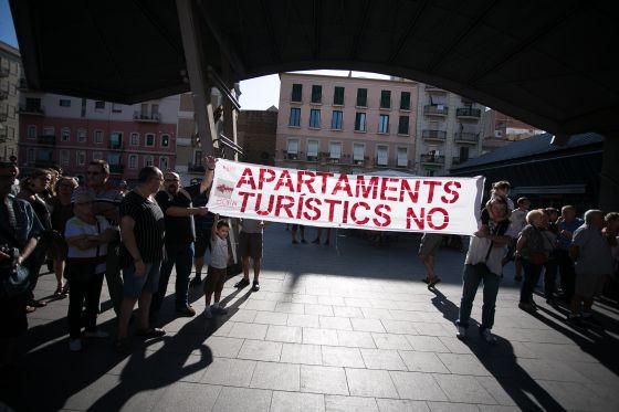 Una concentración de vecinos en la Barceloneta contra los apartamentos turísticos