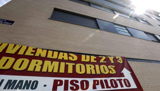 Cartel de venta de viviendas en un edificio de Valdebebas (Madrid).