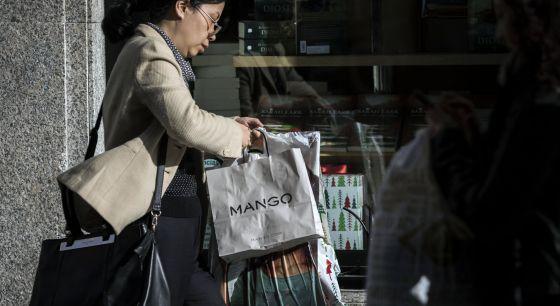 Compras en una de las áreas comerciales de Madrid