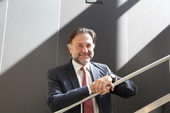Mario Alonso posa en la sede del ICJCE en Madrid