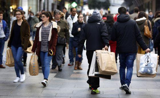 Un grupo de ciudadanos de compras en Madrid