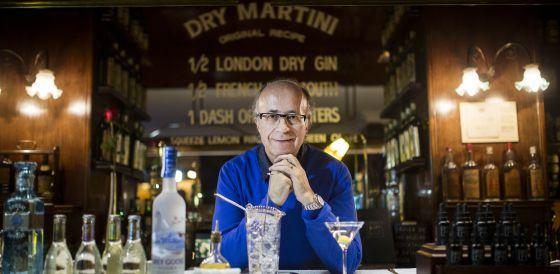 El empresario Javier de las Muelas en la barra del Dry Martini.