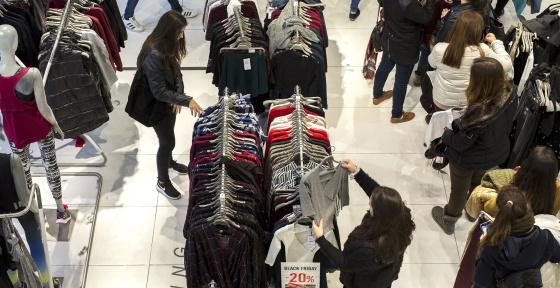 Cientos de personas realizan compras en una zona comercial de Valencia.