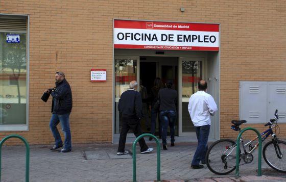 Un grupo de personas acceden a una oficina del Inem. EFEArchivo